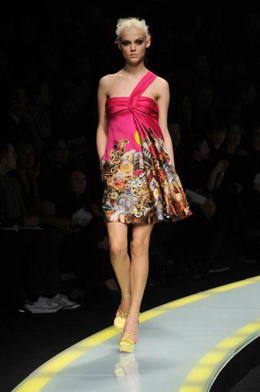 2.礼服上的艺术抽象拼贴画,将都市意境与Versace的经典风格融于一