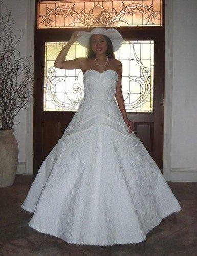 """这条婚纱的惊人之处,是它全部由""""卫生纸"""",胶带和胶水制成,无论从材质"""