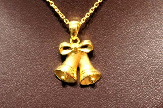 圣诞老人,铃铛等元素融入设计,展现出黄金首饰圆润的造型和流畅的线条