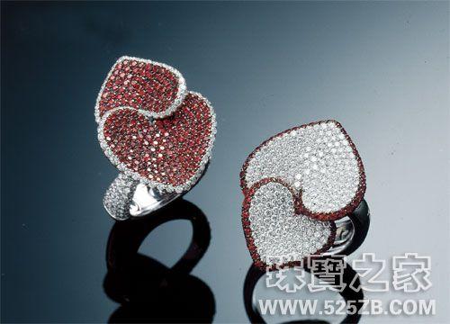 Moneta Hearts系列群镶工艺戒指