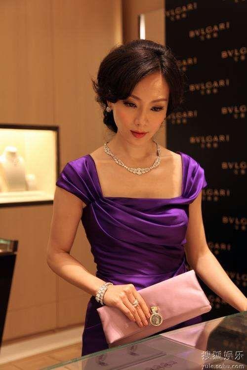 活动当天,陈数一袭迷人礼服搭配宝格丽价值300多万的名贵珠宝,气质