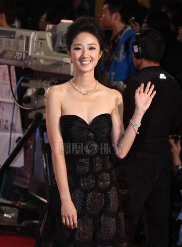 桂纶镁穿华裔设计师pamper heiress黑色低胸礼服,搭配6千多万宝格丽