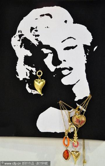 名媛画像戴珠宝 珠宝展览新创意