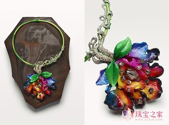 迪奥(Dior)一直是华丽与高雅的代名词,其高级珠宝系列更是如此。以珠宝讲故事的Dior高级珠宝艺术总监维克图瓦德卡斯特拉内(Victoire de Castellane)在这15年间,为Dior创造了无数个奇迹。但是她自己所拥有的珠宝更是让人惊艳。