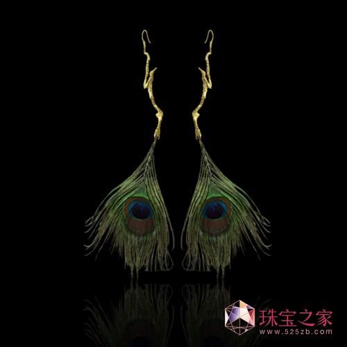 """钟华珠宝设计师的""""飞天""""耳环,2013 年"""